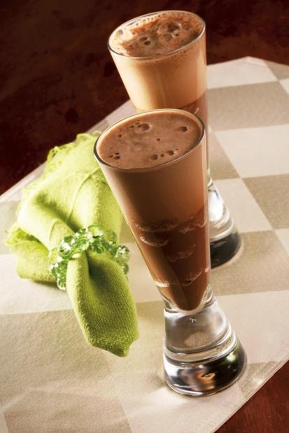 Espumante de café: 1 xícara de café quente, 1/2 xícara de creme de leite, 1/4 de xícara de chocolate meio amargo partido em pedaços, 2 1/2 colheres (sopa) de açúcar Modo de preparo: Misture o café e o creme de leite. Aqueça bem. Coloque no liquidificador, junte os pedaços de chocolate e açúcar. Tampe bem e bata em alta velocidade por 20 segundos. Despeje em canecas aquecidas. Rende 2 porções. http://www.melitta.com.br/rezepte_ohnealkohol_pt.html
