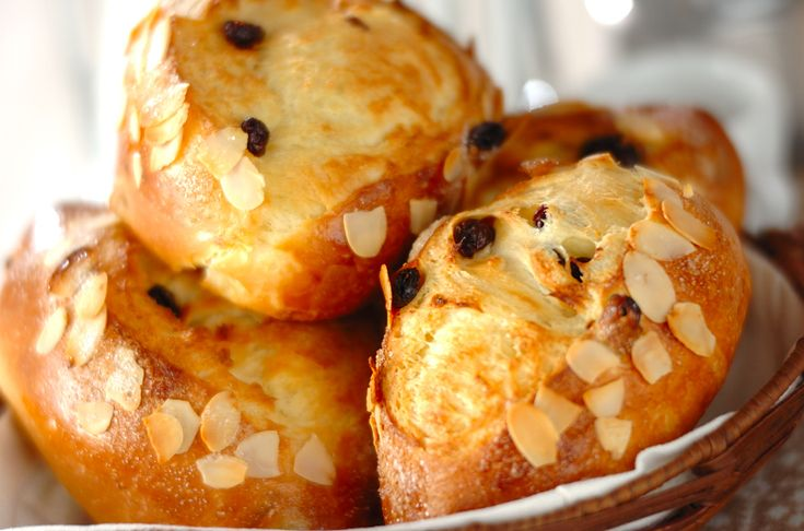 レーズンを生地に練り込みフットボールの形にしたパン。広がるバターの香りとアーモンドのサクサク感も特徴。レーズンパン/秋山 葉子のレシピ。[ブレッド/テーブルブレッド]2008.03.01公開のレシピです。