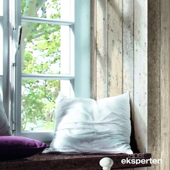 Skønt scrapwood-tapet med lyseblå nuancer.  Tapetet er lavet på et non-woven materiale der sikrer en nem opsætning, du påfører blot klister på væggen, og herefter opsættes tapetet, samme fremgangsmåde som man kender fra glasvæv og filt.