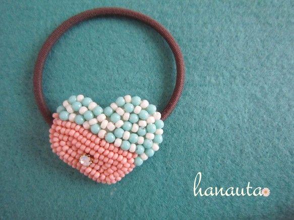 ハートの形のビーズ刺繍のヘアゴムです。一粒の小さなビジューが付いています。約4cmゴム:約16cm(カラー:モカ) ハンドメイド、手作り、手仕事品の通販・販売・購入ならCreema。