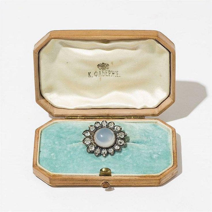 Broche ovale sertie d'une pierre de lune entourée de diamant