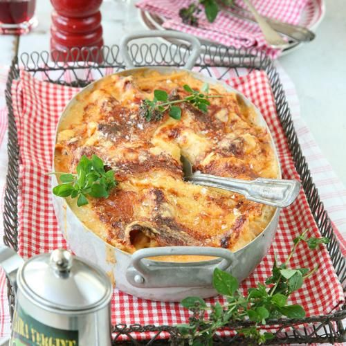Lasagne är alltid lika populärt att bjuda på. Med kyckling, fetaost och bacon blir den lite annorlunda, men fortfarande lika god.