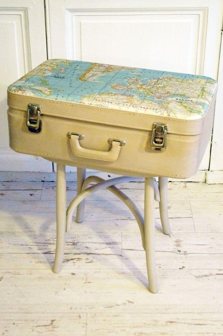 Meuble valise beige motif mappemonde : Meubles et rangements par abracadabroc
