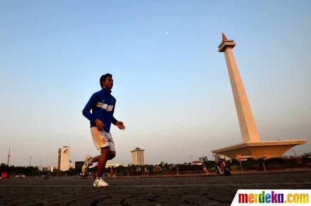 Selain itu pengunjung juga mengisinya dengan olahraga jogging keliling di pelataran Monas sambil menunggu beduk magrib.