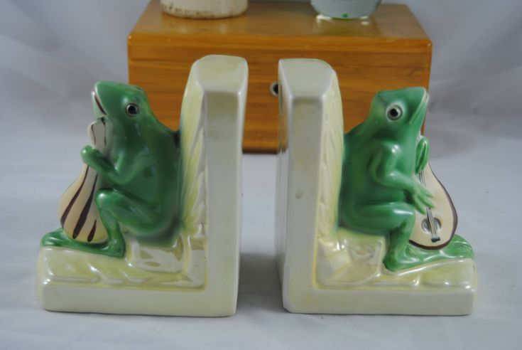 Vintage frog bookends Czechoslovakie Vintage ceramic office decor. lute playing frog collecter gift musical instrument lute guitar mandolin