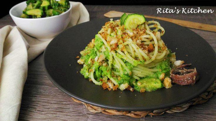 Perchè non averci pensato prima? Gli spaghetti con zucchine e mollica croccante, sono un piatto semplice, economico, veloce e stuzzicante per il palato!
