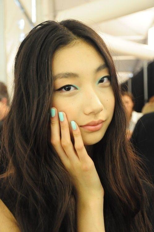 Em vez de colocar cor nas pálpebras, dê um toque de verde-menta no canto interno. | 19 ideias incríveis de maquiagens para olhos orientais