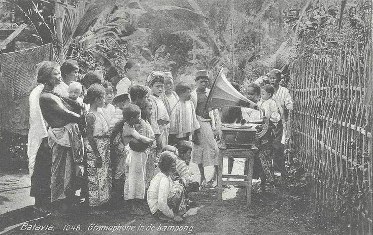 Gramophone in de kampong. Batavia, Jakarta Indonesia ca 1910