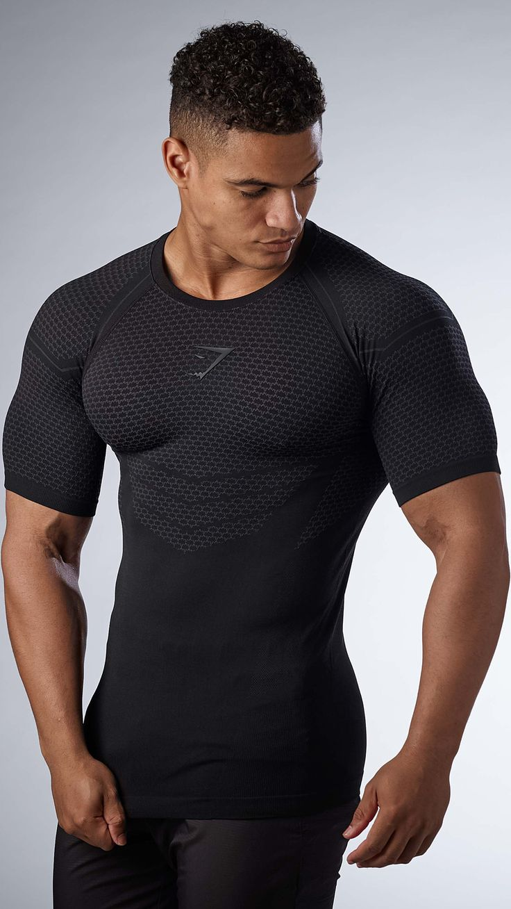 Embrace the darkness. A firm favourite, the Men's Onyx T-shirt is back and better than ever before. With a second-skin feel, seamless knit, and a 4-way stretch fit, the Men's Onyx T-shirt gives you that Superhero feel