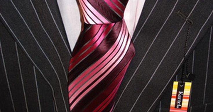 Cómo lucir bien en un traje rayado de hombre. Un traje rayado tiene líneas largas, finas y verticales. El traje generalmente es oscuro, de un color sólido, como negro, gris oscuro o azul oscuro. Las rayas son generalmente gris claro. Este traje te da un aire de autoridad y sofisticación. Para lucirlo bien, determina cuál es la ocasión para la que lo quieres usar, busca un estilo que sea ...