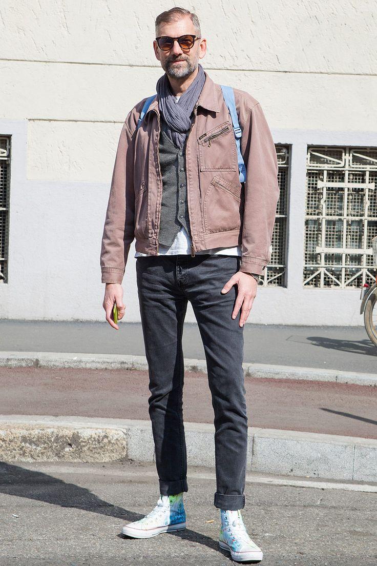 """ここ数年で一気に存在感を高めるメンズファッションアイテムといえば""""ベスト(ジレ)""""。着こなしや素材を選ぶことで季節を問わず活用できるワードローブのひとつだ。今回は""""ベスト(ジレ)""""にフォーカスして注目の着こなし&アイテムを紹介! ジレ×テーラードジャケット×ジーンズスタイル 織りのある柄が特徴的なテーラードジャケットのインナーにジレを着込んだスタイリング。ジレのボタンホールに配されたレッドのカラーリングがアクセントに。ジレの一番下のボタンは、開けて着用するのがセオリーだ。 LBM1911(エルビーエム1911)ジレ 詳細・購入はこちら ジレ×MA-1スタイル ネイビーのジレとパンツを合わせたジレパンスタイルに、アウターはテーラードジャケットではなくMA-1を合わせてラギッドな印象に仕上げたスタイリング。インナーに着込んだヘンリーネックシャツが適度な抜け感を演出してくれる。 Lardini(ラルディーニ) シングルジレ ウールツイード 詳細・購入はこちら ベスト×バンドカラーシャツスタイル ノータイで着こなすバンドカラーシャツの上に..."""