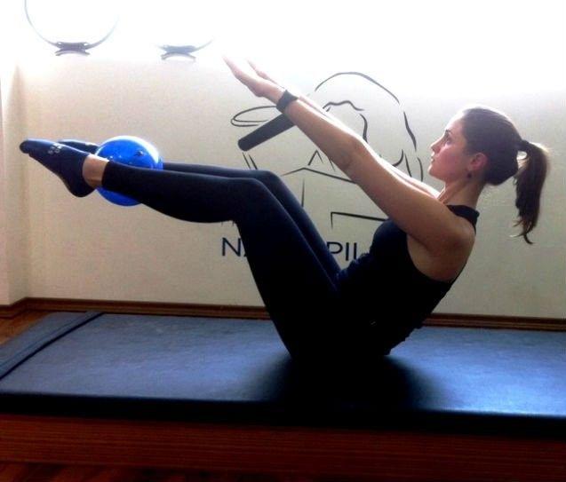 Professor de pilates ensina série de exercícios para definir os músculos