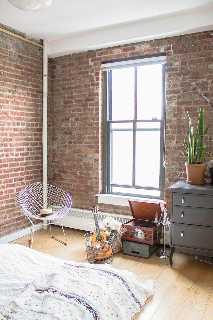 Un loft industriel & bohème à Brooklyn - FrenchyFancy, chambre avec mur en briques
