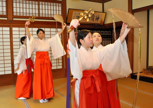 先輩の手ほどきを受けながら神楽舞を練習する新人の八乙女=日光二荒山神社