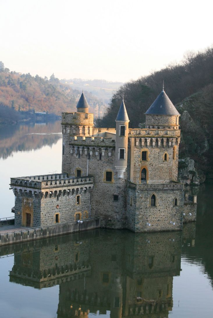 Le château de la Roche, dans les gorges de la Loire. Toutes mes Racines Roannaises. La gastronomie au top du top, vive le Roannais et les côtes Roannaises sans oublier les fromages affinés..... La vie quoi!