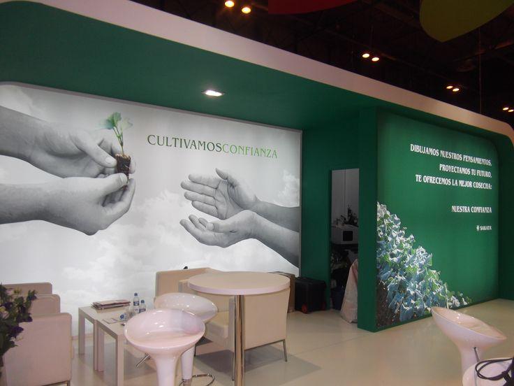 """Creatividad y realización de la Imagen para el Stand de Sakata Seed, Madrid.  Bajo el lema """"Cultivamos Confianza"""", desarrollamos un copy personalizado para la multinacional Sakata producido en lonas retroiluminadas, obteniendo así este bonito espacio."""