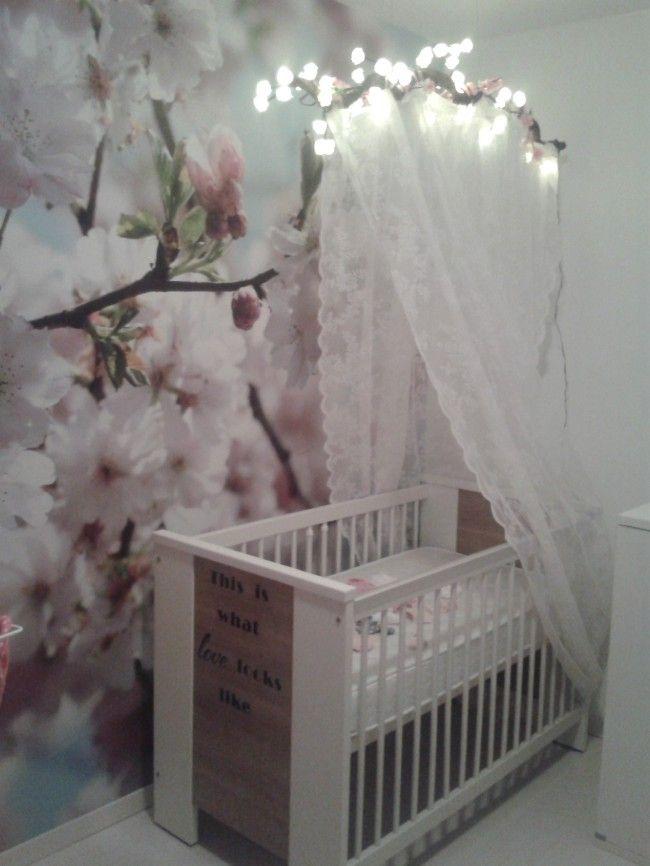 babykamer met mooie klamboe en bloemen behang