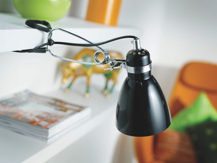 Musta lukuvalo opiskelijalle. - Black reading lamp for student.