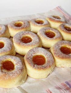 A tepsiben sütött fánknál nincs olajszag, csak sok-sok fánk. http://kifoztuk.hu/receptjeink/item/fank-tepsiben-suetve