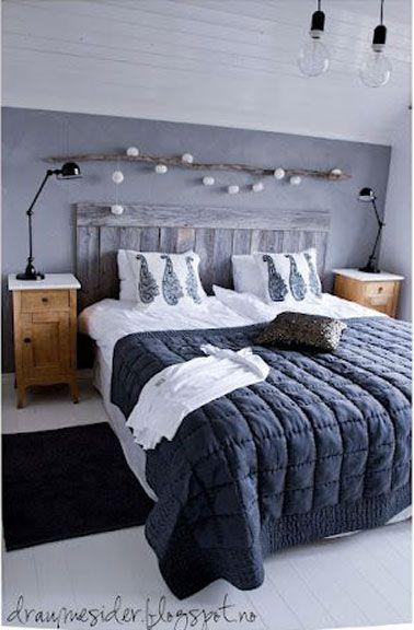 Une tête de lit en bois dans une chambre à la déco cocooning