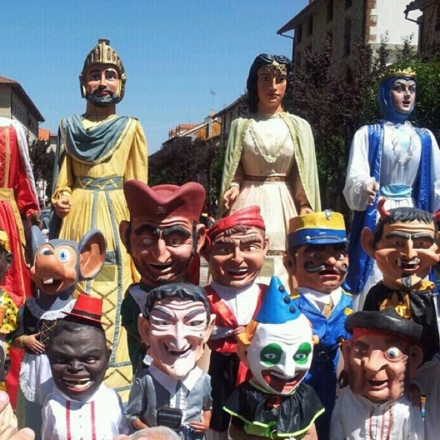 Gigantes y Cabezudos en las Fiestas de Ezcaray!! #Ezcaray #LaRioja #LaRiojaApetece #Turismo #Rural #Apartamentos #Apartamento #ocio #vacaciones #montaña #hotel #Hoteles
