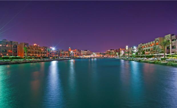 Вид отеля ночью