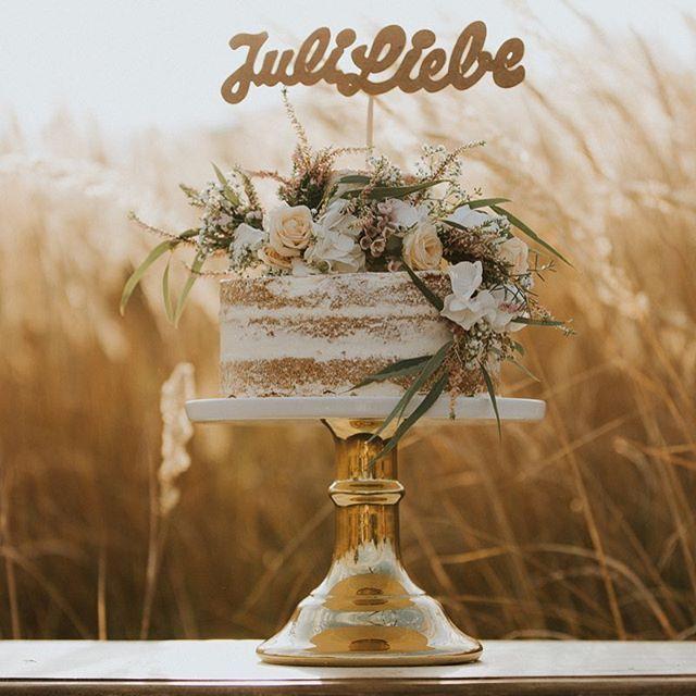 #toertchenzeit auf dem Blog  Viele süße Kreationen von @juliliebe fotografiert von @picfabrik_hochzeitsfotografie  Blumen von #zaubernuss  #torte #hochzeit2017 #hochzeitstorte #weddingcake #nakedcake #caketopper #bohowedding #cakestand