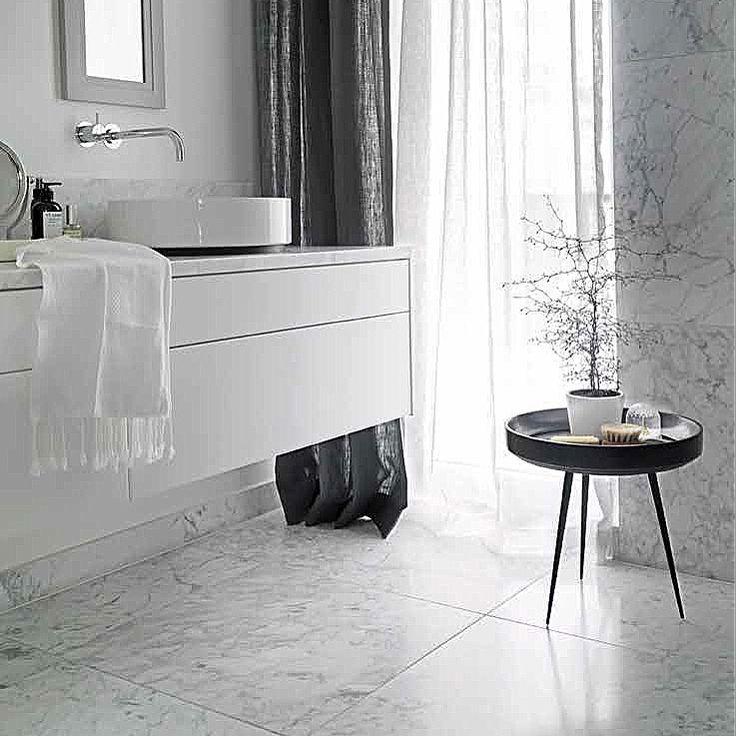 Levert av Lenngren Naturstein - Moderne design baderom med Carrara Marmor fliser og servant - Modern design bathroom with Carrara Marble tiles