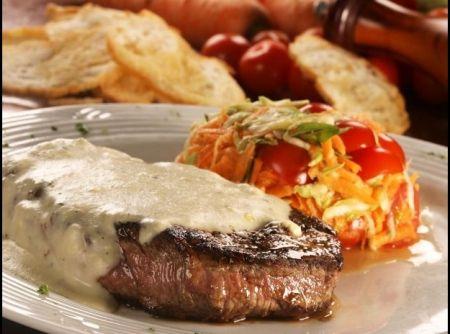 http://cybercook.com.br/receita-de-file-mignon-ao-gorgonzola-com-salada-r-3-102408.html