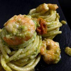 Spaghetti con pesto di zucchine, gamberetti e pomodorini