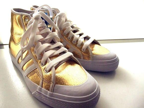 adidas NIZZA HI ヴィンテージスタイルのバスケットシューズ 『NIZZA』☆ adidasの様々な定番シルエットを融合させ、オリジナルモデルの伝統を継承しながら、斬新なスタイルを取り入れたデザインが魅力の一足!  アッパー部分のメタリックゴールドが足元を華やかに彩ります!!