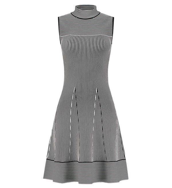 Nikkie Janilla Ventura Dress. Deze mouwloze, gestreepte jurk is perfect voor zowel feestelijke als casual gelegenheden. Het subtiele streepjesmotief in de kleuren Off white en zwart geeft de jurk een speelse look and feel. Regular fit.