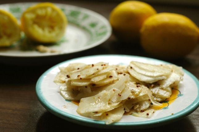 Mustáros citromos csicsóka saláta: 1/4 kg csicsóka, 1 citrom leve, 1 kiskanál magos mustár, 1 kiskanál fehérborecet, 2 kiskanál olívaolaj, só, bors. A csicsókát megpucolom, uborkagyalun hajszálvékony szeletekre vágom. Azonnal meglocsolom a citromlével, hogy el ne színeződjön. A többi alapanyagból öntetet keverek, összeforgatom a salátával,  néhány órát állni hagyom fogyasztás előtt.