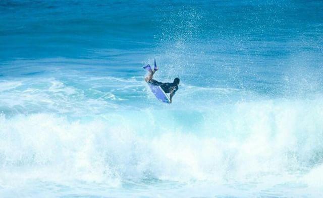 Atleta da Equipe Kpaloa  @atleta_alexandresilva voando alto na Praia Brava! Equipado com pés de pato Kpaloa Classic. aloha! foto Anderson Silva.