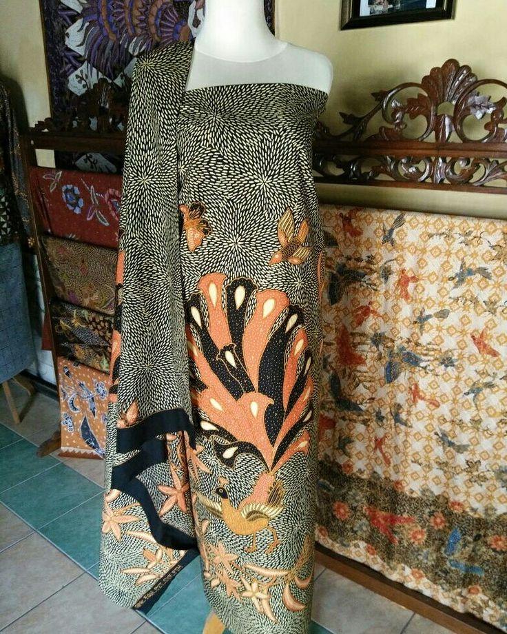 Galeri Amba Budaya Batik Kudus Merawat Tradisi Kearifan Adat Budaya Lokal  Batik Full Tulis motif Merak Cattelya latar Beras Wutah