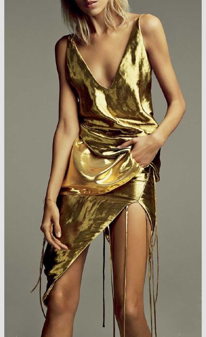 How about a gold dress instead of the usual black dress? #Gold #Kleid