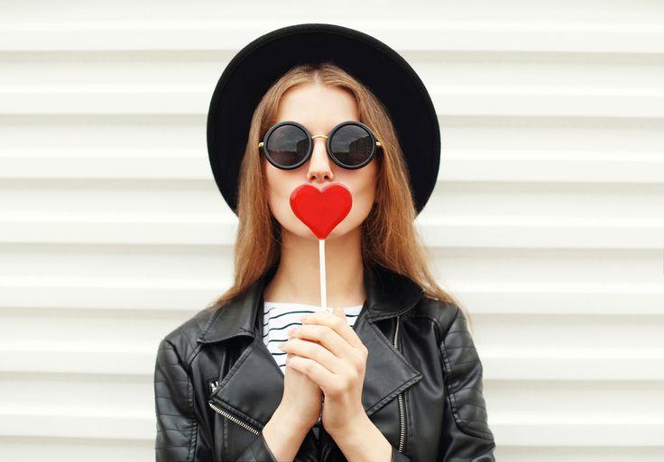Conocida como queiloplastia, la reducción de labios cada vez se pone más de moda entre las mujeres, sin embargo, el procedimiento para lucir una envidiable sonrisa parece ser un tanto doloroso.Este tipo de procedimiento estético está muy de moda en los países asiáticos.Las mujeres buscan retirar la piel sobrante del labio superior a través de puntos de sutura, como lo expuso Allure: