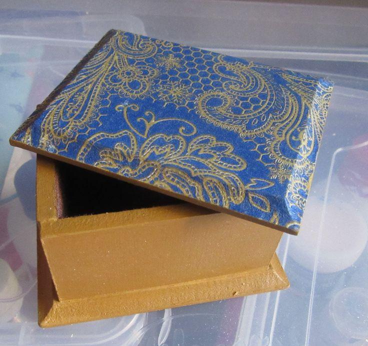 caja chica con decoupage y  aterciopelada por dentro
