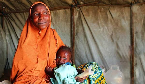 """""""There is nothing to go back to...I'm glad we received the rations today."""" Nigerian refugees receive WFP assistance at the border as violence continues. (24 March 2015, Photo: WFP/Adel Sarkozi)"""