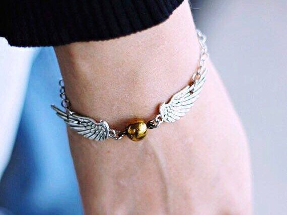 Harry Potter Golden Snitch Bracelet, an amazing (and magical) gift for the Harry Potter fan in your life! ➸Material: zinc alloy.  ➸Length: 16.5 cm   ❥IS IT A GIFT? TELL ME, AND I MAKE THE GIFT WRAP FOR YOU!  ✈FREE SHIPPING: all the additional items will ship for free