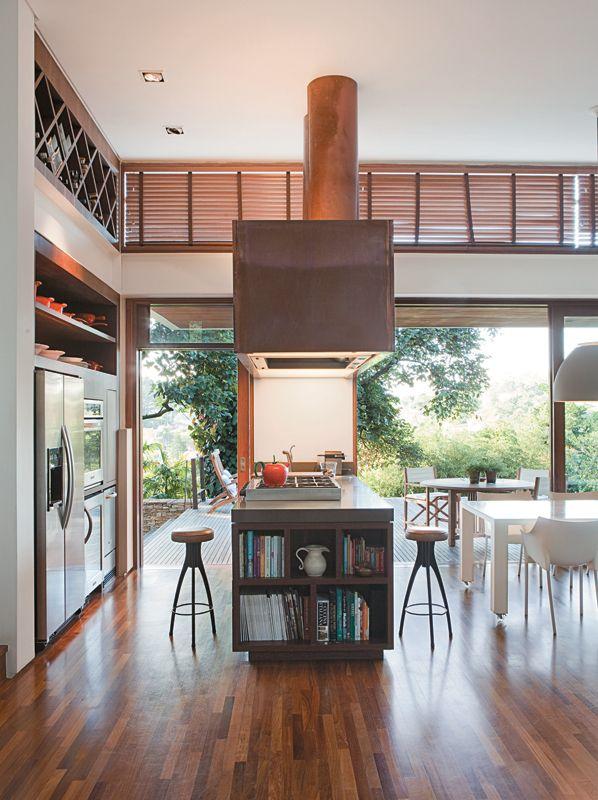 Casa de pedra, madeira e vidro se integra ao jardim em São Paulo - Casa