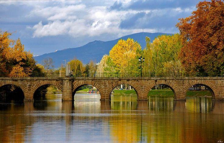 Tem quase 2000 anos e é a ponte mais antiga de Portugal. É também um dos monumentos romanos mais bem conservados da Península Ibérica. E acima de tudo, é motivo de orgulho do povo da sua cidade, os flavienses. Falamos da Ponte Romana de Trajano, em Chaves.