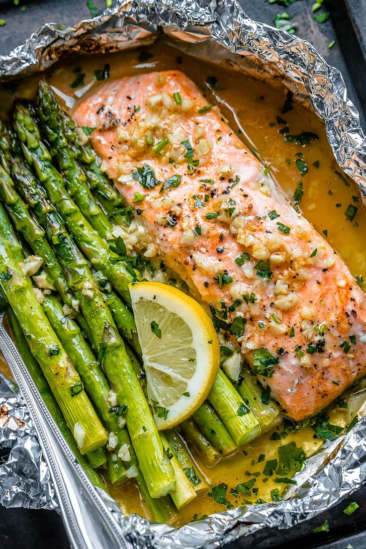 Salmon leaves and asparagus with butter sauce and lemon garlic   – Gesund und schnell