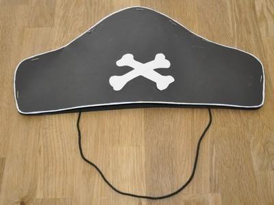 Einen Piratenhut basteln. Für den Piratengeburtstag braucht natürlich jeder kleine Pirat einen Piratenhut. Hier gibts die Bastelanleitung mit Vorlage zum Download! Viele Ideen für den nächsten Kindergeburtstag!