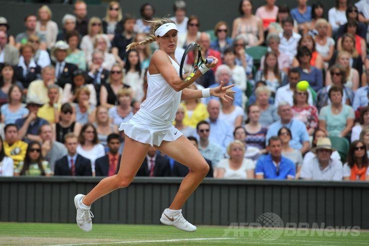 テニス、ウィンブルドン選手権(The Championships Wimbledon 2014)、女子シングルス決勝。リターンを打つユージェニー・ブシャール(Eugenie Bouchard、2014年7月5日撮影)。(c)AFP/GLYN KIRK ▼6Jul2014AFP|クヴィトバが3年ぶりのウィンブルドン制覇、ブシャール寄せつけず http://www.afpbb.com/articles/-/3019762 #The_Championships_Wimbledon_2014 #Eugenie_Bouchard