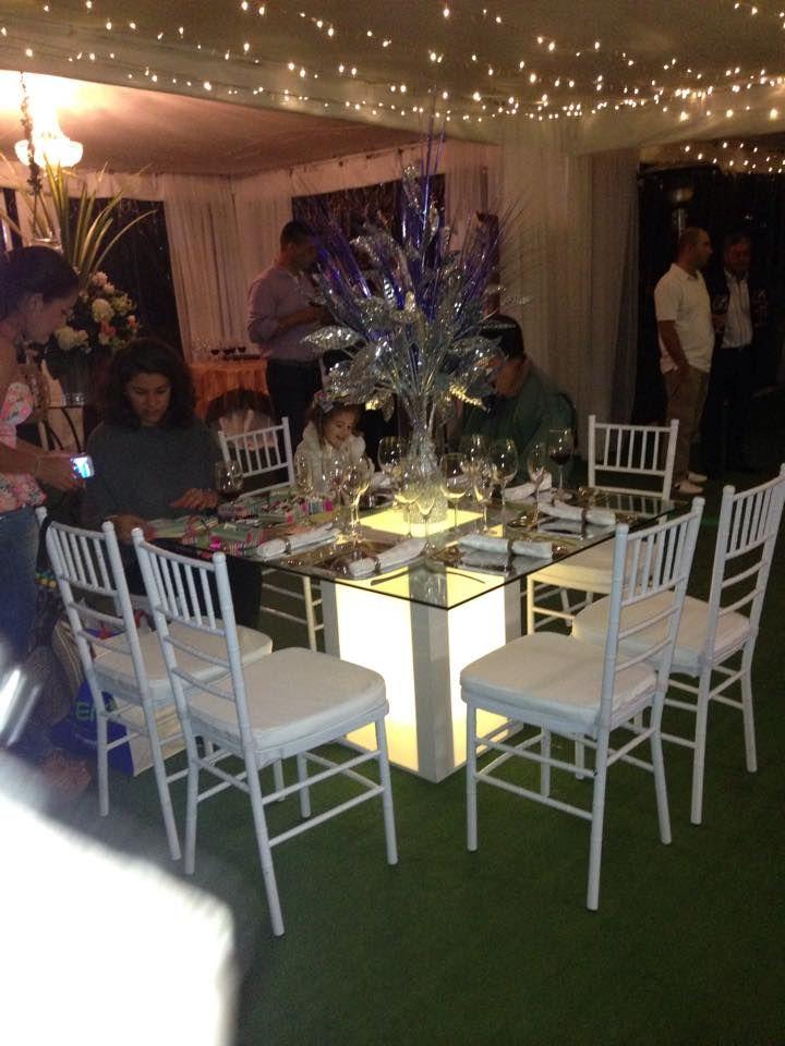 Silla Tiffany Blanca, Mesa cuadrada con luz interna.