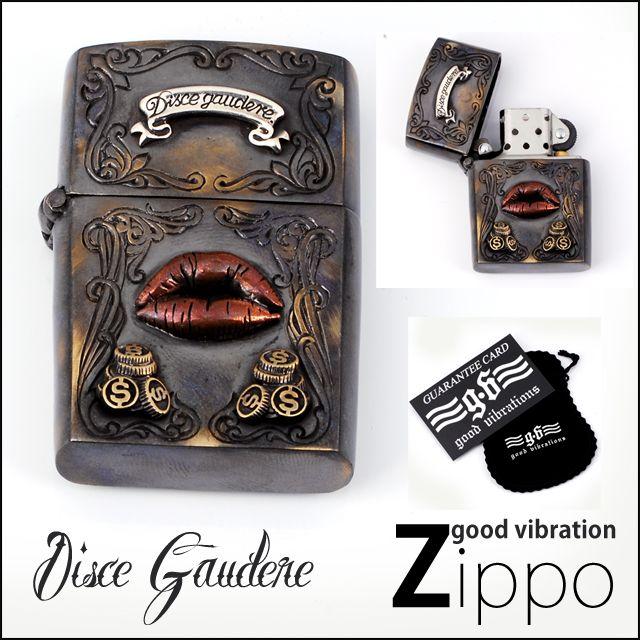 DISCE GAUDERE Zippo   DISCE GAUDERE ディスケ ガウデーレの文字入り!!意味はラテン語のことわざで「楽しむことを学べ」という意味が入ったジッポはアンティーク調のジッポライターで落ち着いた雰囲気がありとってもステキな仕上がりです!!細かいデザインが入り全てがブラスで作られ、当店人気のオイルライターはジッポコレクターの方にもオススメ。又は、プレゼントにも喜ばれております。 しかも、限定なデザインですので、ご希望の方は、お早めに★