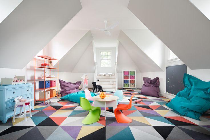 Дизайнерский ковер на пол: новый взгляд на оформление пола? (фото) http://happymodern.ru/kover-na-pol-45-foto-perezhitok-proshlogo-ili-stilnaya-detal-interera/ Геометрический рисунок на ярком ковре в детской игровой комнате