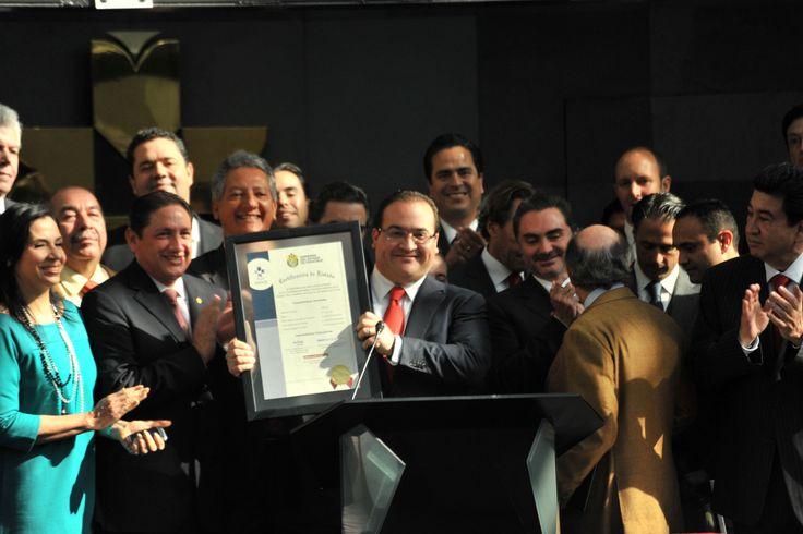 El gobernador Javier Duarte de Ochoa recibió la Certificación de Listado en la ceremonia de colocación de certificados bursátiles del Gobierno del Estado en la Bolsa Mexicana de Valores.