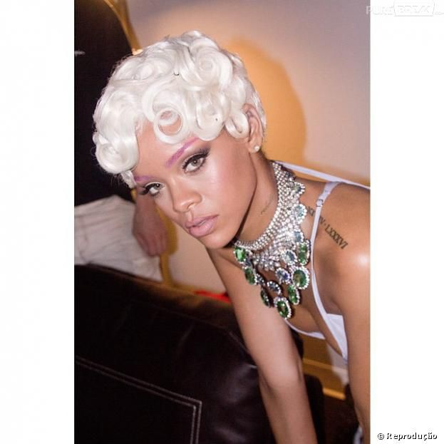 """De peruca, maiô lilás e um colar mega glamuroso, Rihanna gravou o clipe de """"Pour It Up"""""""